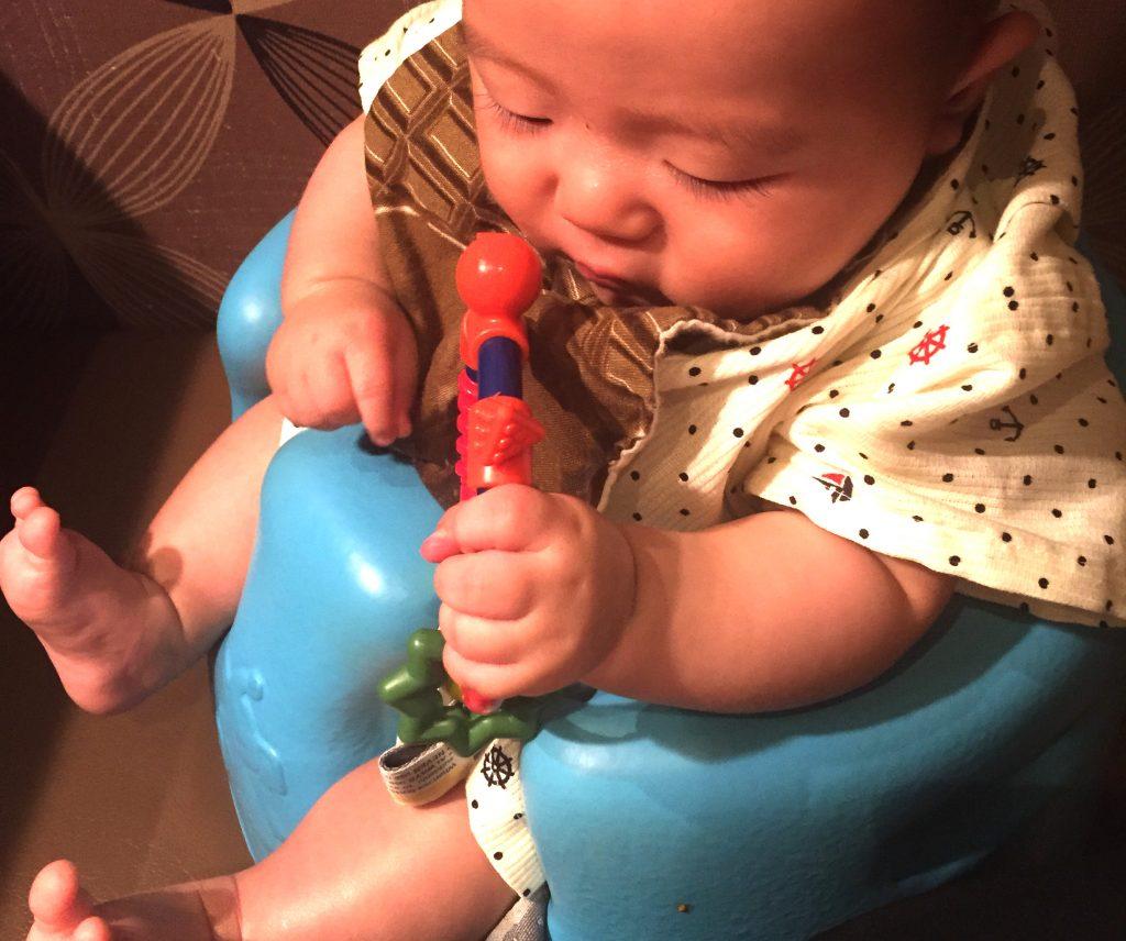 バンボに座った赤ちゃん